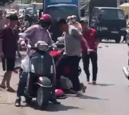 Clip: Người đàn ông cầm dao chém xe khách, bị đánh dã man - Ảnh 2.