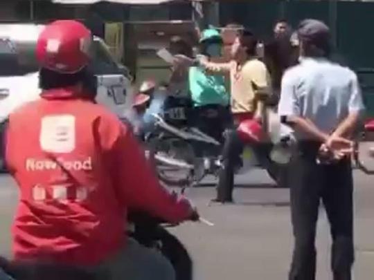 Clip: Người đàn ông cầm dao chém xe khách, bị đánh dã man - Ảnh 1.
