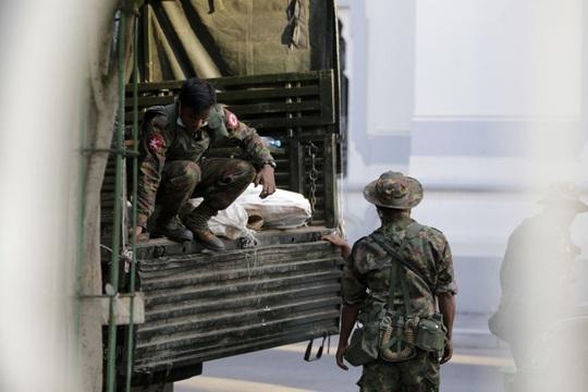 Quân đội Myanmar nắm quyền, ban bố tình trạng khẩn cấp - Ảnh 3.