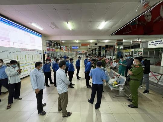 Lấy 200 mẫu xét nghiệm ngẫu nhiên Covid-19 tại Bến xe Miền Đông ngày 30 Tết - Ảnh 3.