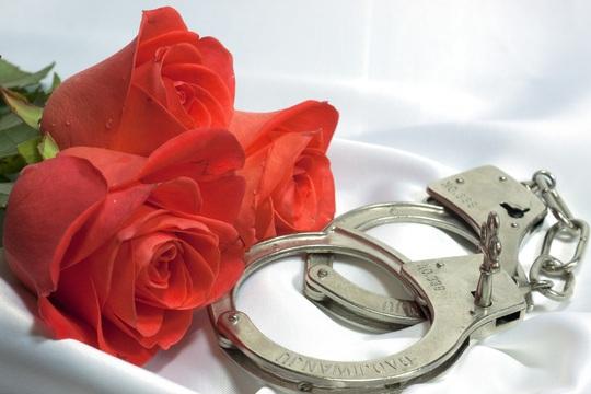 Cảnh sát Mỹ khuyến mãi Valentine: Cặp vòng bạch kim phiên bản giới hạn! - Ảnh 1.