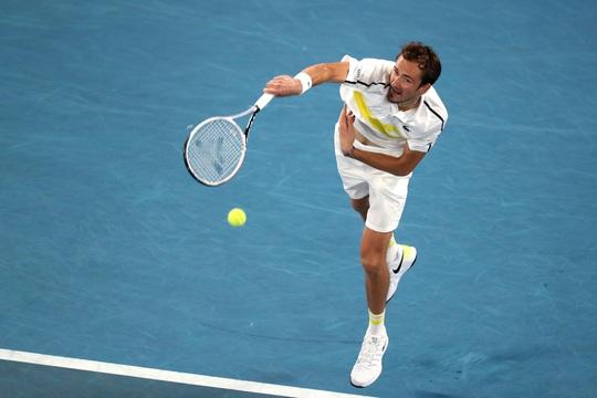 Medvedev hẹn chung kết với Djokovic sau khi hạ gục nhanh Tsitsipas - Ảnh 5.