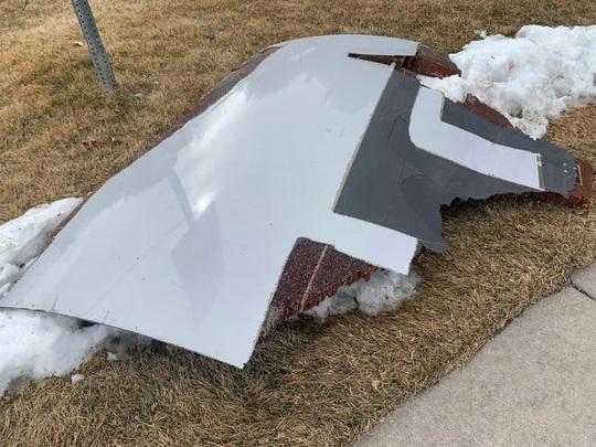 """Mỹ: Máy bay gặp sự cố, """"rải"""" mảnh vỡ xuống nhiều khu dân cư - Ảnh 4."""