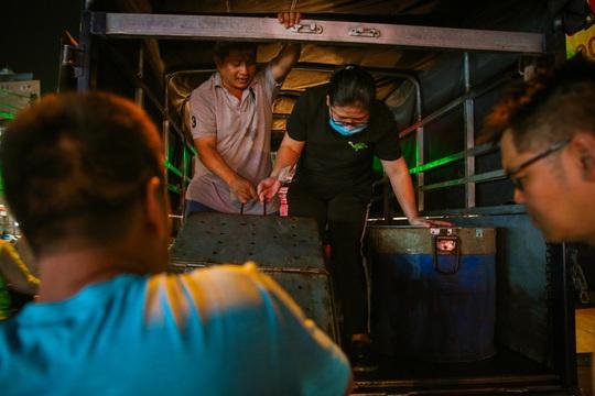 Nướng cá lóc xuyên đêm cho ngày vía Thần Tài tại TP HCM - Ảnh 5.