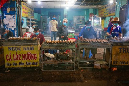Nướng cá lóc xuyên đêm cho ngày vía Thần Tài tại TP HCM - Ảnh 1.
