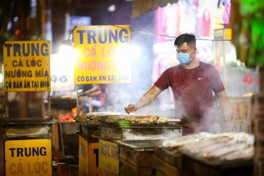 Nướng cá lóc xuyên đêm cho ngày vía Thần Tài tại TP HCM - Ảnh 4.