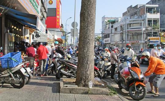 Heo quay 450.000 đồng/kg, khách vẫn tranh nhau mua cúng Thần Tài - Ảnh 4.