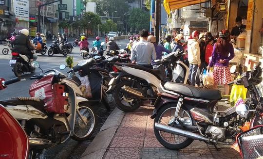 Heo quay 450.000 đồng/kg, khách vẫn tranh nhau mua cúng Thần Tài - Ảnh 5.