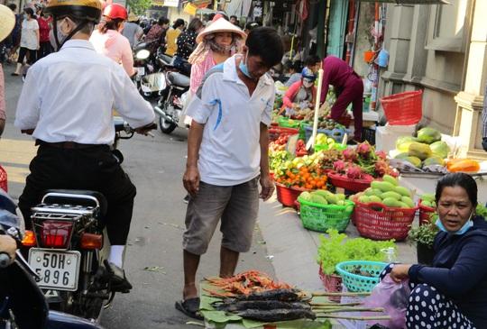 Heo quay 450.000 đồng/kg, khách vẫn tranh nhau mua cúng Thần Tài - Ảnh 7.