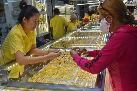Giá vàng hôm nay 24-2: SJC đứng yên, vàng trang sức giảm mạnh - Ảnh 1.