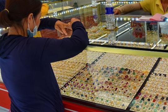 Người tiêu dùng mất cơ hội mua vàng giá rẻ - Ảnh 1.