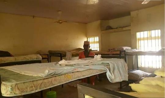 Đang ngủ trong đêm, hơn 300 nữ sinh bị bắt cóc ở Nigeria - Ảnh 1.