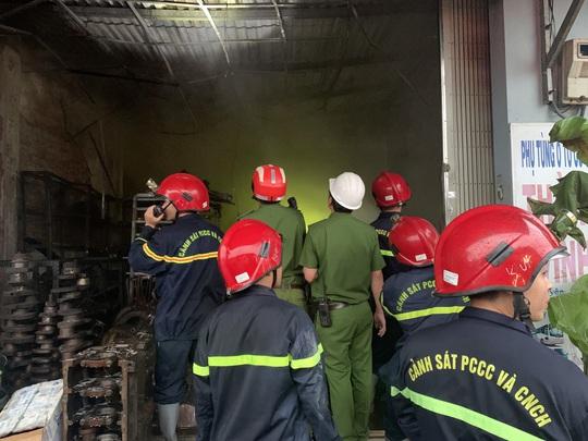 Ứng cứu kịp thời hai cha con mắc kẹt trong ngôi nhà đang bốc cháy dữ dội - Ảnh 3.