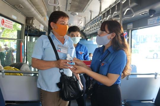 Tặng hàng ngàn chai nước sát khuẩn, khẩu trang y tế cho hành khách, tài xế và tiếp viên xe buýt - Ảnh 1.