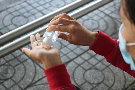 Tặng hàng ngàn chai nước sát khuẩn, khẩu trang y tế cho hành khách, tài xế và tiếp viên xe buýt - Ảnh 4.
