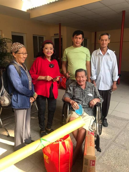 NSƯT Hữu Châu xúc động cùng Kỳ nữ Kim Cương trao quà tết cho nghệ sĩ nghèo - Ảnh 6.