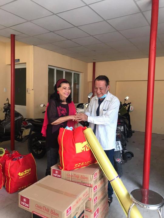 NSƯT Hữu Châu xúc động cùng Kỳ nữ Kim Cương trao quà tết cho nghệ sĩ nghèo - Ảnh 4.
