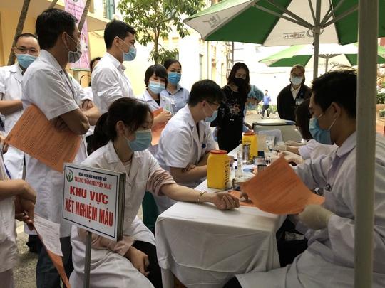 Nhiều chương trình hiến máu bị huỷ bởi Covid-19, hàng trăm y bác sĩ tham gia hiến máu - Ảnh 2.