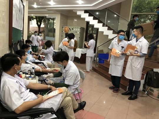 Nhiều chương trình hiến máu bị huỷ bởi Covid-19, hàng trăm y bác sĩ tham gia hiến máu - Ảnh 9.