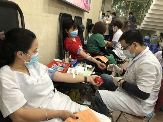 Nhiều chương trình hiến máu bị huỷ bởi Covid-19, hàng trăm y bác sĩ tham gia hiến máu - Ảnh 7.