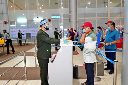 Hàng không nâng mức cảnh báo phòng chống dịch lên mức cao nhất, giá vé máy bay Tết giảm sâu - Ảnh 1.