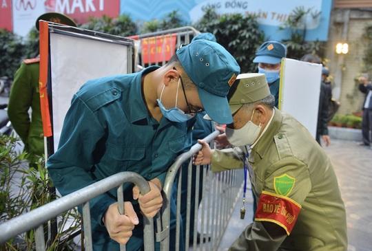 CLIP: Hàng trăm người dân chung cư cao cấp 88 Láng Hạ vỡ oà trong ngày được dỡ lệnh phong toả - Ảnh 8.
