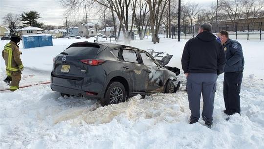 Kẹt trong tuyết, người đàn ông bị chết cháy trong xe - Ảnh 1.