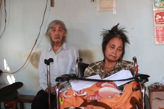 Bạn đọc Báo Người Lao Động hỗ trợ 32 triệu đồng cho người phụ nữ có chồng và con liệt giường - Ảnh 3.