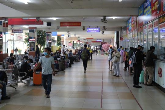 Bến xe, nhà ga ở TP HCM cận Tết vẫn hóng khách - Ảnh 1.