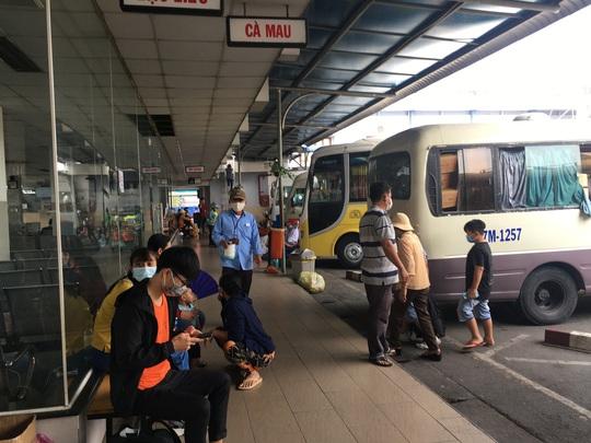 Bến xe, nhà ga ở TP HCM cận Tết vẫn hóng khách - Ảnh 4.