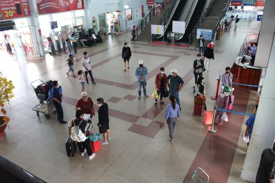Bến xe, nhà ga ở TP HCM cận Tết vẫn hóng khách - Ảnh 5.