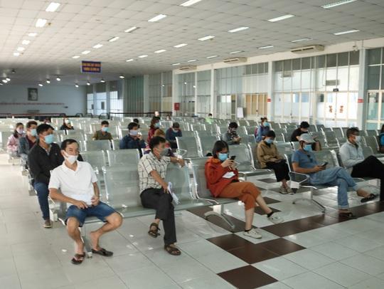 Bến xe, nhà ga ở TP HCM cận Tết vẫn hóng khách - Ảnh 6.