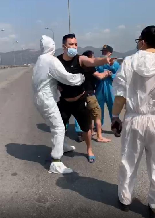 Thông chốt bất thành, người đàn ông gây thương tích cho CSGT - Ảnh 2.