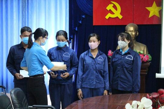 Động viên công nhân làm việc xuyên Tết - Ảnh 2.