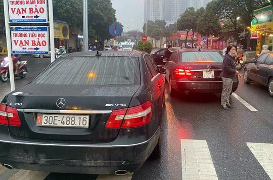 Tạm giữ 2 xe Mercedes cùng biển số trên đường Hà Nội - Ảnh 1.