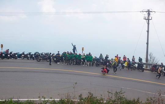 Mạo hiểm dừng xe thể hiện trên đèo Hải Vân - Ảnh 2.