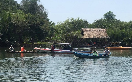 CLIP: Thương tâm vụ lật thuyền ở Nhơn Trạch, trăm người mò tìm - Ảnh 2.
