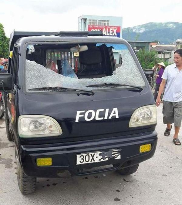 Xe tải đang chạy bị ném vỡ toang kính, 1 người bị thương