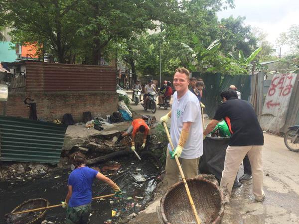 Ông Tây nhặt rác muốn biến mương thối thành một khu vườn
