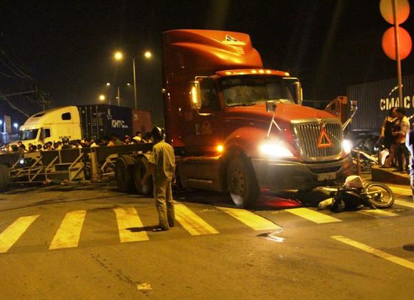 Xe container tông xe máy, 3 mẹ con thương vong