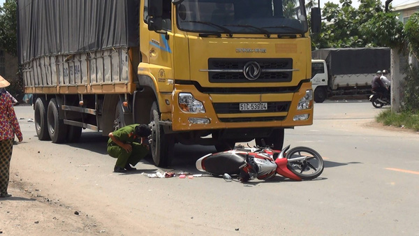 Xe tải rẽ phải tông vợ chết, chồng nguy kịch