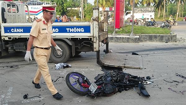 Bị xe tải kéo lê, đôi nam nữ đi xe máy chết tại chỗ