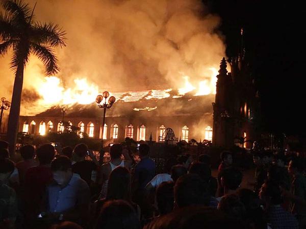 Cháy lớn thiêu rụi nhà thờ xứ Trung Lao 129 năm tuổi