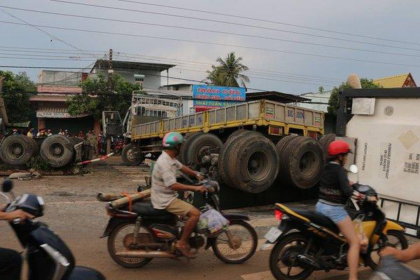Xe container nổ lốp khi đổ dốc, 2 người nguy kịch