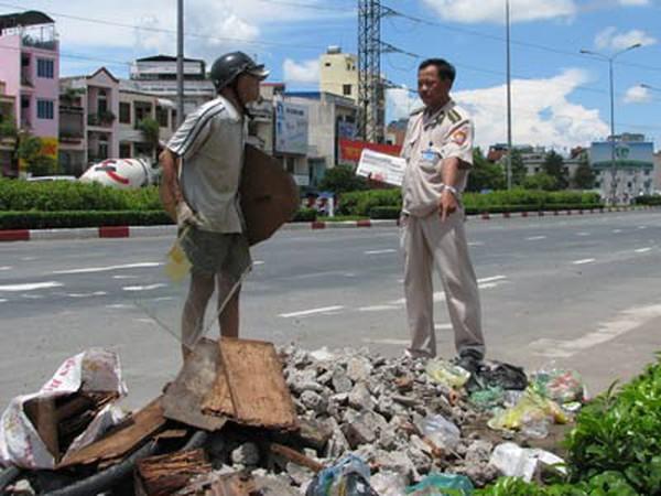 Bắt quả tang 2 người đổ rác, xà bần bậy
