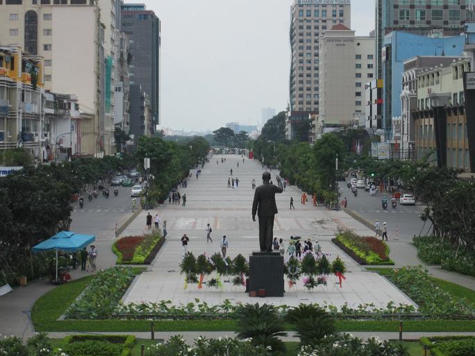 Tối 2 ngày cuối tuần, đường Nguyễn Huệ cấm các loại xe - Ảnh 1.