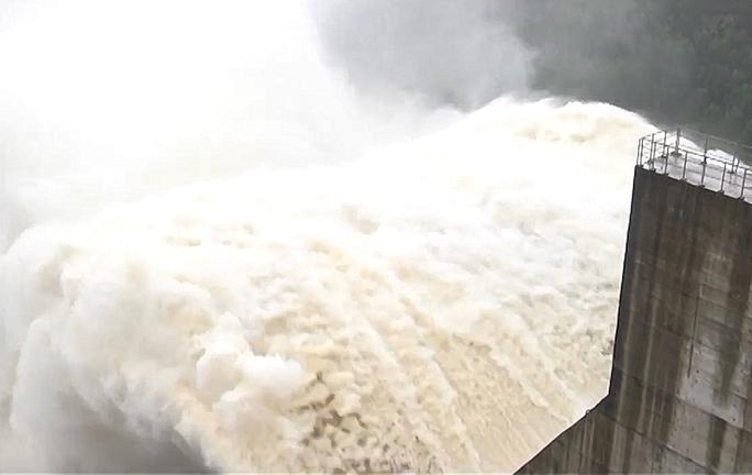 3 thủy điện đang xả 5.100m3/s, tối nay thêm thủy điện Sông Tranh 2 xả lũ - Ảnh 1.