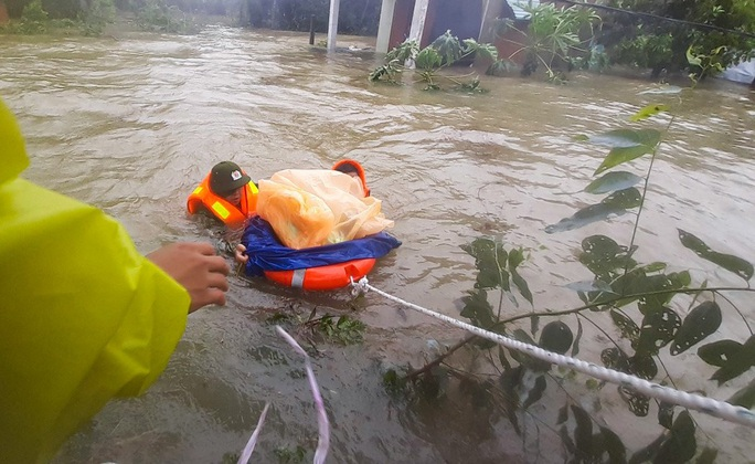 Quảng Nam vẫn chìm trong nước lũ, đã có 8 người chết và mất tích - Ảnh 1.