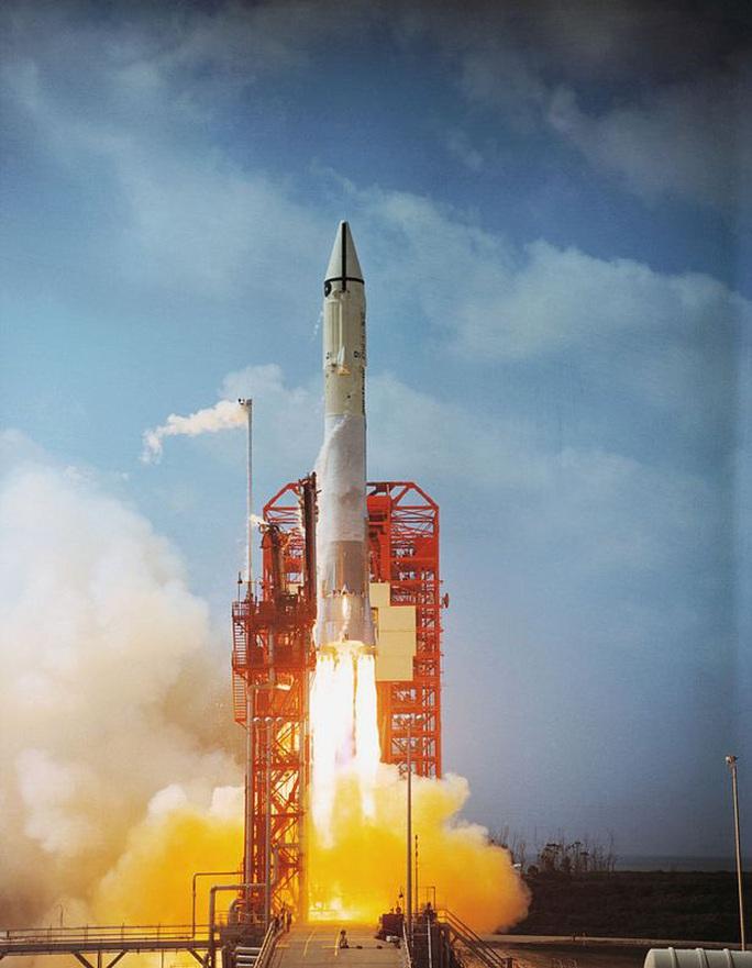 Tên lửa của NASA được phóng lên mặt trăng vào năm 1966 quay lại trái đất - Ảnh 2.