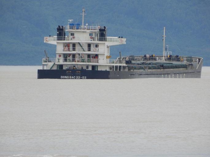 Tàu chở than và dầu mắc cạn ở biển Nam Ô - Ảnh 1.